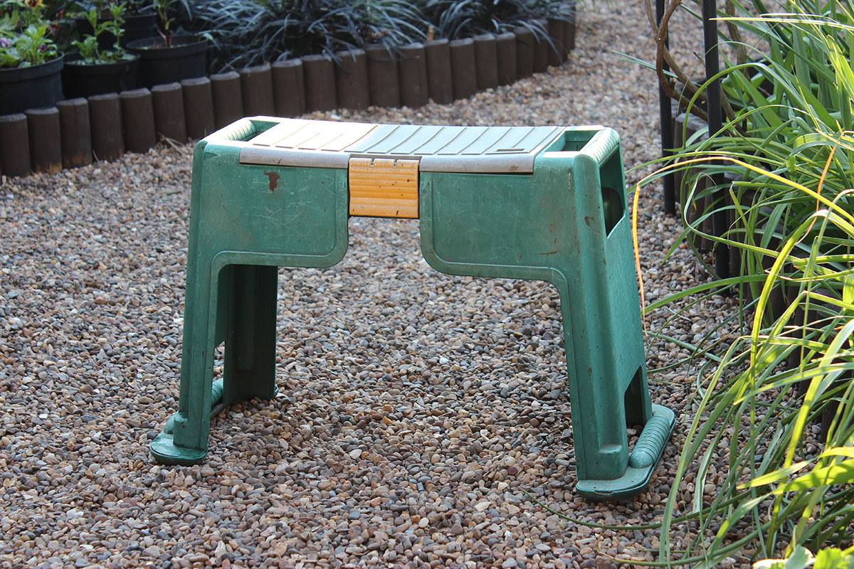 Gardening stools for disabled garden ftempo for Important gardening tools